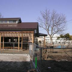 ポプラクラブ全景 (向こう側に木二小校舎が見える。)