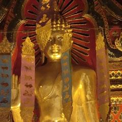 タイの仏像は黄金色に輝いてまーす。