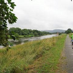 Der Radweg führt oft direkt am Fluss entlang.