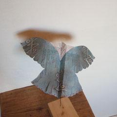 Teo Libardo et DéDéTé - Envolées n°611 racine crépusculaire, 2019- pastels secs, acrylique sur manuscrit,  pliages, bois, fer, circa 32x29x19 cm  - © Adagp, Paris, 2019