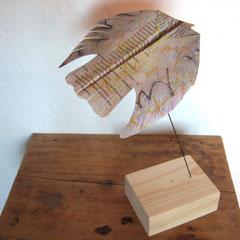 Teo Libardo et DéDéTé - Envolées n°572 maraudeurs d'alphabet, 2017- pastels secs sur manuscrit, pliages, bois, fer, circa 32x18x18 cm - © Adagp, Paris, 2017