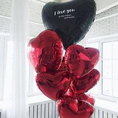 много шаров в виде красных сердец