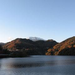 冬の王滝村より望む御嶽山