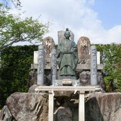 教会境内の教祖像