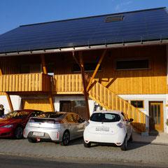 Unsere Gäste können bei uns ihr Elektro-Auto auftanken - direkt von der Sonne. Im Bild: TESLA - AMPERA - ZOE