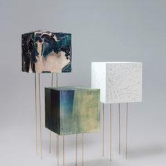 KAJA CLARA JO, Die unbenannten Drei, 2018, Cyanotypiechemikalien und Graphit auf MDF-Würfeln, jeweils 50x50x50cm