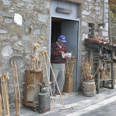 ein Handwerker in einem der vielen kleinen Dörfer
