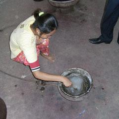 um die Seide dehnbar zu machen (Reiskleber)