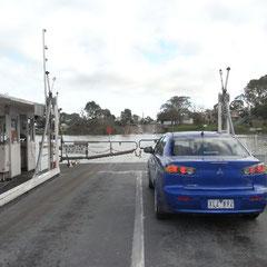 unser Mietwägele auf der Fähre über den Murray - River