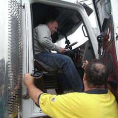 """Rüdiger lässt sich den Arbeitsplatz eines """"Road Train Trucker's erklären"""