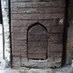 eine alte Tür der Karawanserei