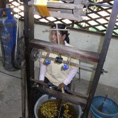 die innere Seite vom Cocoon (fein) wird in dieser Schüssel gelöst und aufgewickelt
