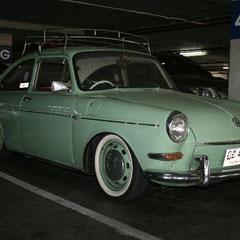 ein alter VW in einer Tiefgarage