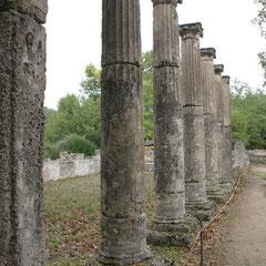 Säulen eines alten Gebäudes in Olympia