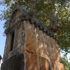 ein Sargophag mitten in der Stadt