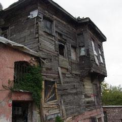 hier im Viertel stehen viele solche alte Häuser