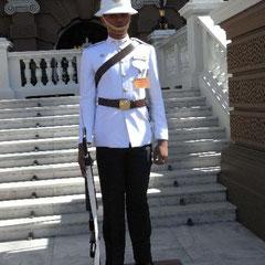 Wachsoldat im Königspalast - ohne Magazin im Gewehr