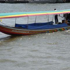 einLongtailboot auf dem Chao Phraya River