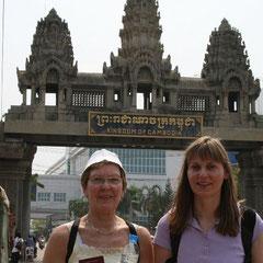 Marita und Renate an der Grenze auf Kambodschanischer Seite