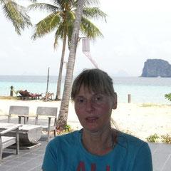 im Hintergrund der Strand