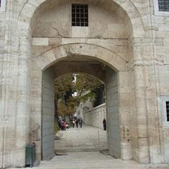 Eingang zur Süleyman Moschee