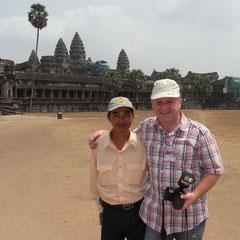 KaKa unser Guide und Rüdiger vor Angkor Wat
