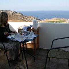 Marita beim Frühstück auf dem Balkon