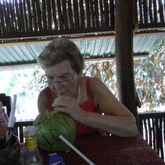 Renate beim Kokosnusssaft trinken