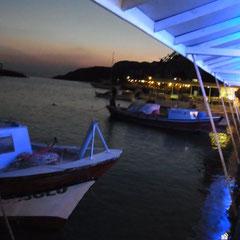 beim Abendessen im Fischerhafen von Behramkale