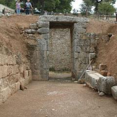 ein Eingang zu einer Grabkammer