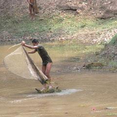 auf dem Weg zur Elefantenterasse - fischende junge Männer