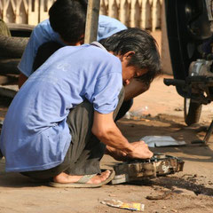 eine Motorradwerkstatt an unserem Hotel in Siem Reap - Kambodscha