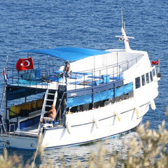 """auf dem Rückweg ins Hotel sahen wir """"unser Tauchboot"""" in einer Bucht liegen"""