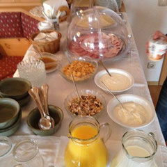 am anderen Morgen das Frühstück auf dem Schusterhof