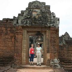 Mutter und Tochter im Tempeleingang