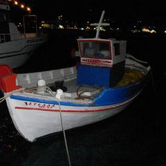 Fischerboot im kleinen Hafen