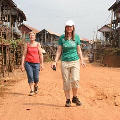 Renate und Marita auf der Dorfstrasse
