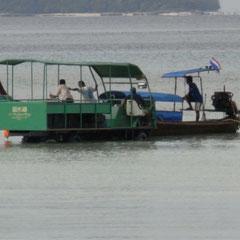 Transfer vom Strand zum Longtailboot