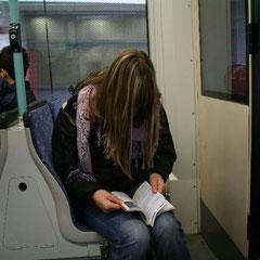 mit der Stadtbahn nach Eminönü-Marita mit dem Reiseführer