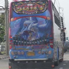 dieser bunte Reisebus begegnete uns auf dem Weg in die City