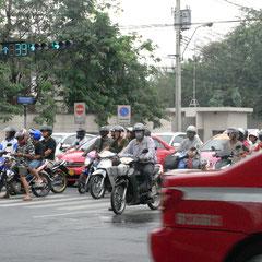 Mopedfahrer mit Mundschutz