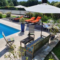 domaine de Millox, espace détente au bord de la piscine