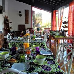 """domaine de Millox, petits déjeuners préparés avec des nappes en """"wax"""" tissu africain"""