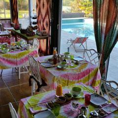 """domaine de Millox, tables petits déjeuners avec nappes africaines impression""""salade"""""""