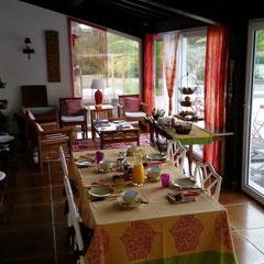 domaine de Millox, véranda avec tables petits déjeuners, nappe linge basque