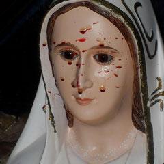 Ausgetretenes Blut auf der Statue Unserer Lieben Frau von Fatima