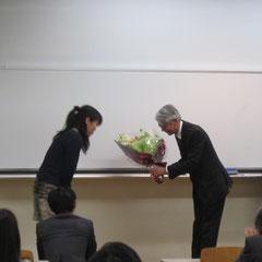 講義終了後、花束が贈呈されました。