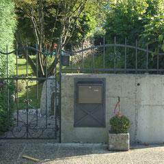 Gartentor mit Zaunelement und Postkasten