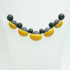 fiche de description collier en argile noir et jaune