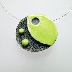 description détaillée du collier en argile cuite noir et vert